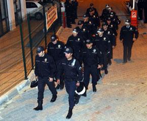 Öğrenci yurduna polis baskını!