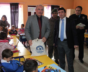 Köy okuluna bilgi evinden yardım