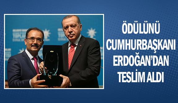 Ödülünü Cumhurbaşkanı Erdoğan'dan teslim aldı