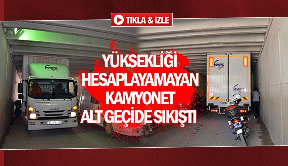 Yüksekliği hesaplayamayan kamyonet alt geçide sıkıştı
