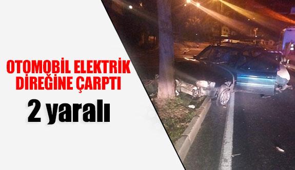 Otomobil orta elektrik direğine çarptı