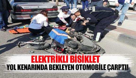 Elektrikli bisiklet yol kenarında bekleyen otomobile çarptı!