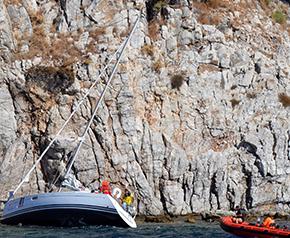 Karaya oturan tekneyi Sahil Güvenlik kurtardı