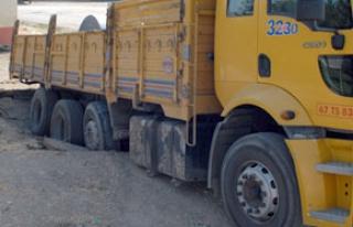 Demir yüklü kamyon, yer yarıldı içine girdi