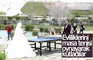 Evliliklerini masa tenisi oynayarak kutladılar