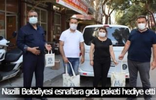 Nazilli Belediyesi esnaflara gıda paketi hediye etti