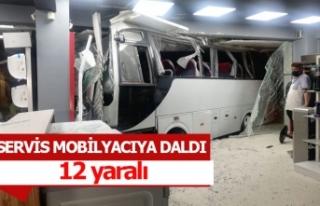 Servis minibüsü mobilyacıya daldı; 12 yaralı