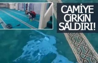 Camiye yağlı boya döktüler