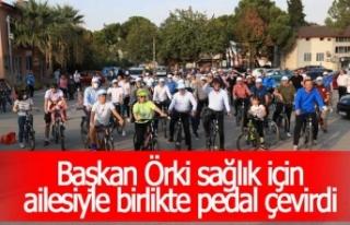 Başkan Örki sağlık için ailesiyle birlikte pedal...