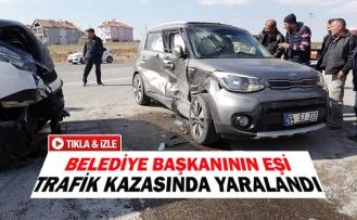 Belediye başkanının eşi trafik kazasında yaralandı