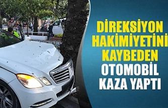 Direksiyon hakimiyetini kaybeden otomobil kaza yaptı