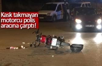 Kask takmayan motorcu polis aracına çarptı!