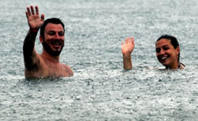 Denizdeki turistlere yağmur sürprizi