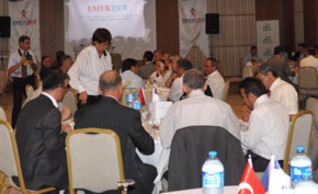 EMEKDER üyelerine iftar yemeği