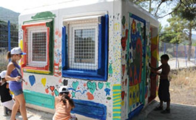 Çocuklar duvar boyadı