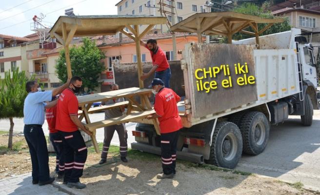 CHP'li iki ilçe el ele