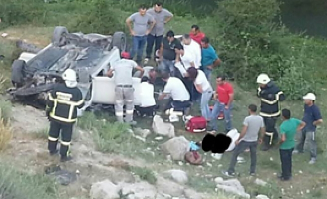Şarampole yuvarlanan araçta 2 ölü 3 yaralı