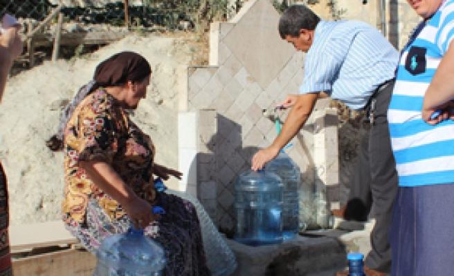 Bir damacana su için çeşme önünde 2 saat bekliyorlar
