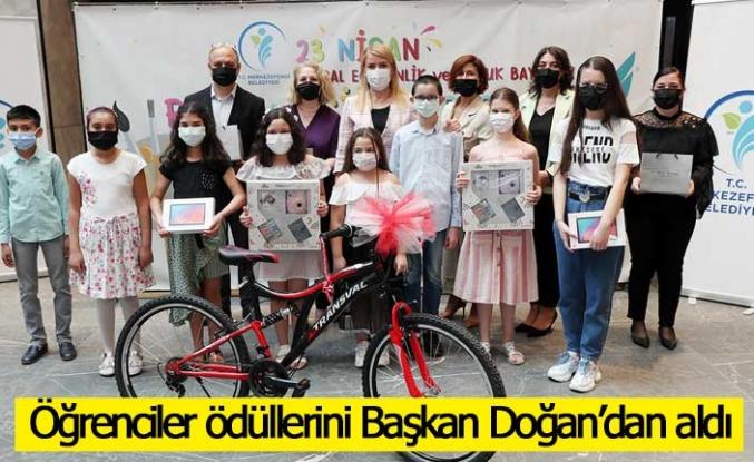 Öğrenciler ödüllerini Başkan Doğan'dan aldı